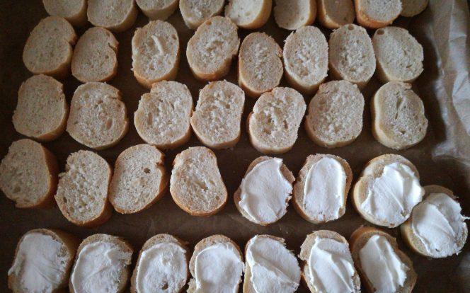 1. Nakrájená bagetka s pom. máslem