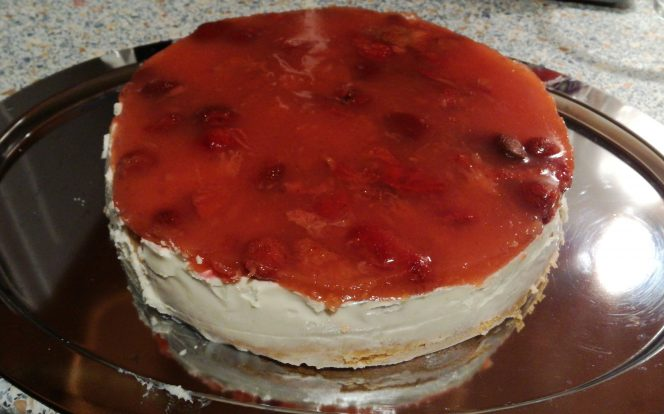 Hotový dort s jahodovým želé