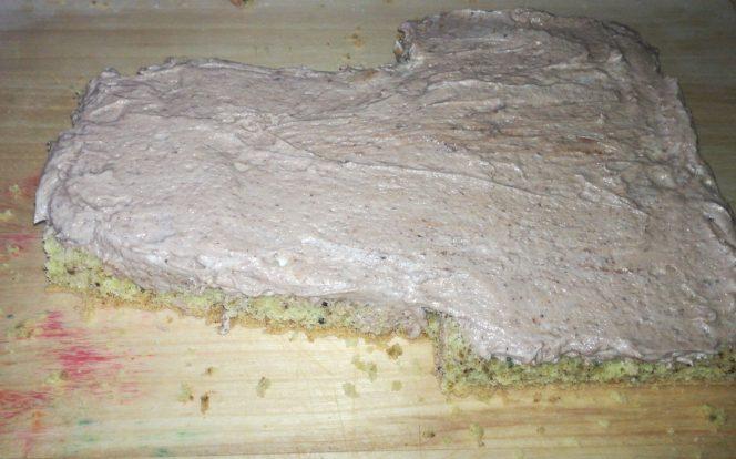 8. Nanesení krému na spodní část dortu
