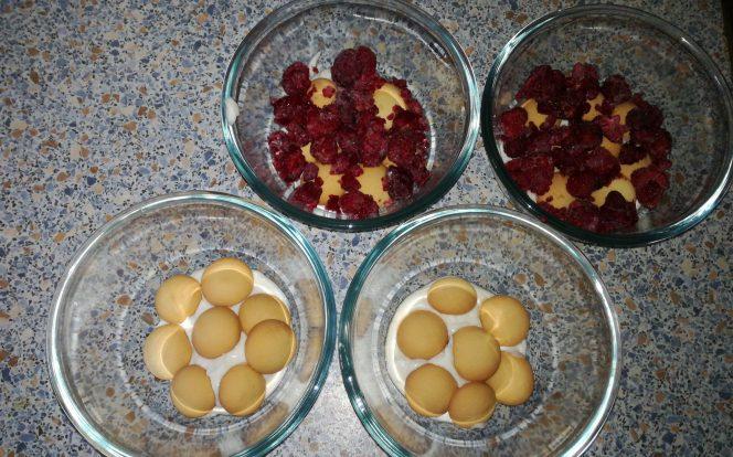 Naskládání piškotů a přidání malin