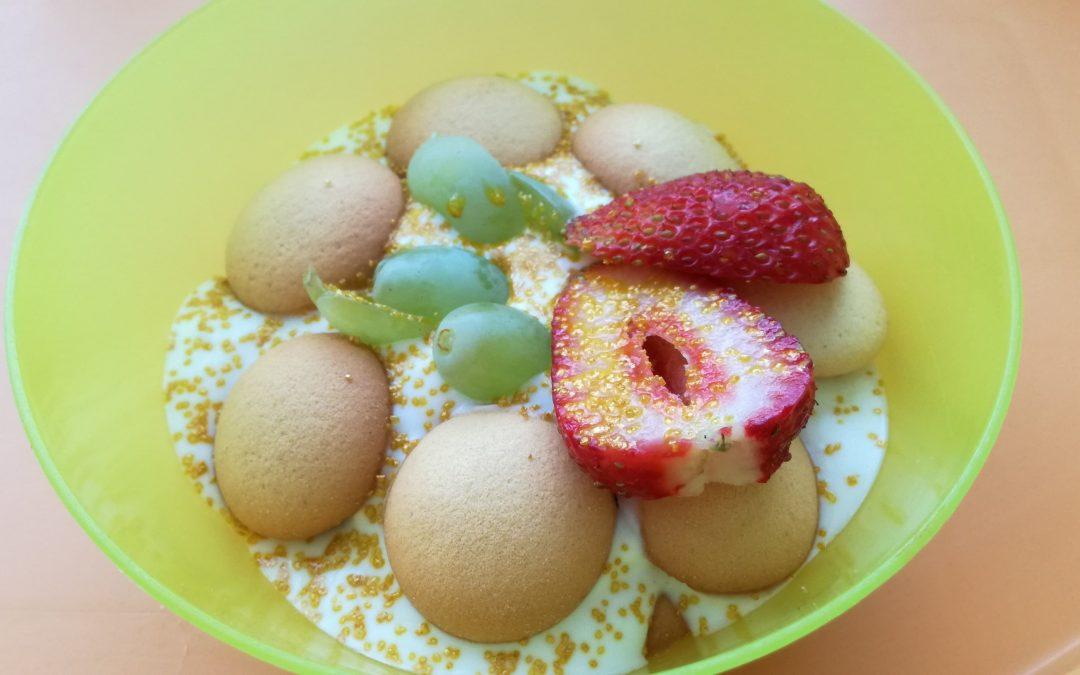 Ovocný dezert se zakysanou smetanou